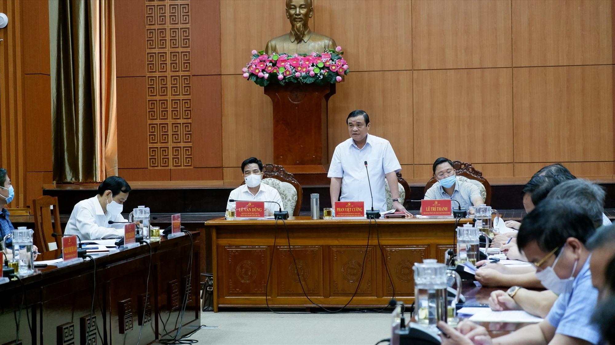 Bí thư tỉnh ủy Phan Việt Cường - Trưởng Ban Chỉ đạo Covid-19 phát biểu tại cuộc làm việc. Ảnh: X.H