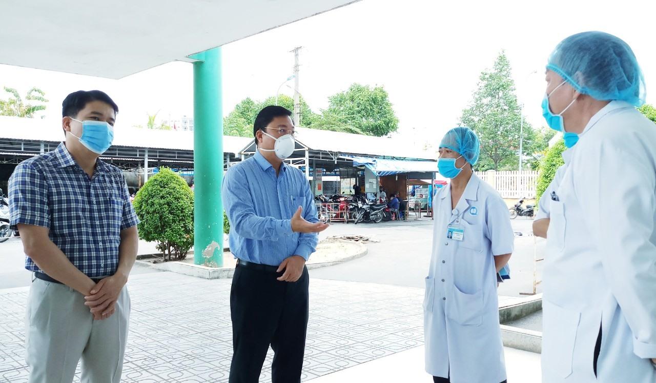Lãnh đạo tỉnh làm việc về phương án phòng chống dịch ở các cơ sở y tế. Ảnh: X.H