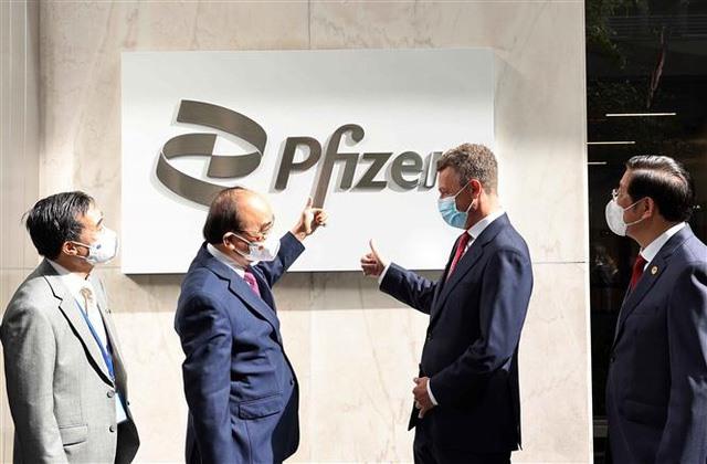Chủ tịch nước Nguyễn Xuân Phúc thăm và làm việc tại Công ty Pfizer. Ảnh: TTXVN