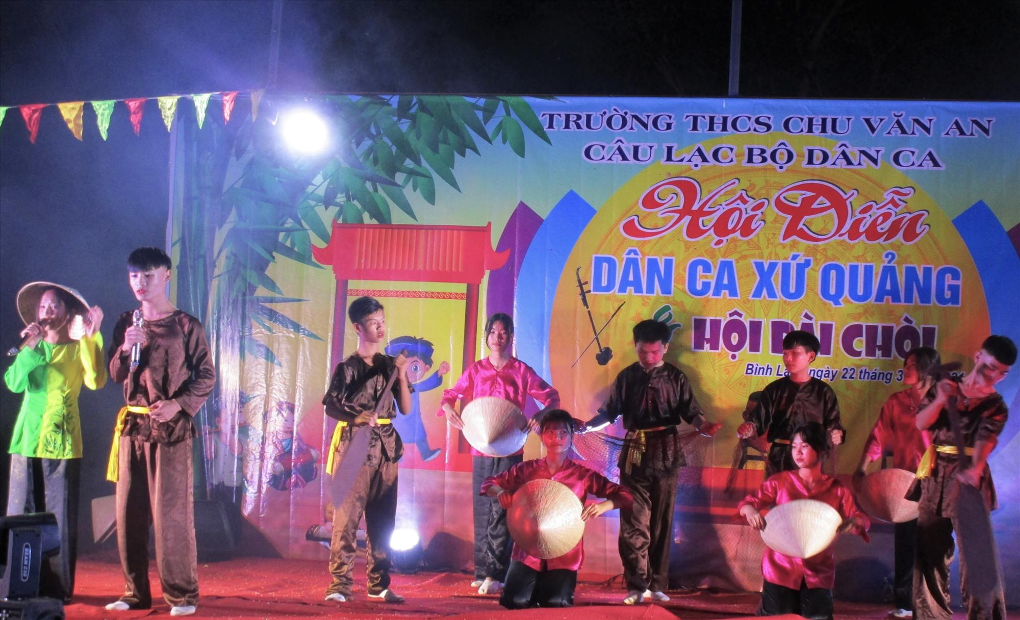 Học sinh Trường THCS Chu Văn An (xã Bình Lâm) tham gia hội diễn Dân ca xứ Quảng do nhà trường tổ chức. Ảnh: Nhà trường cung cấp.
