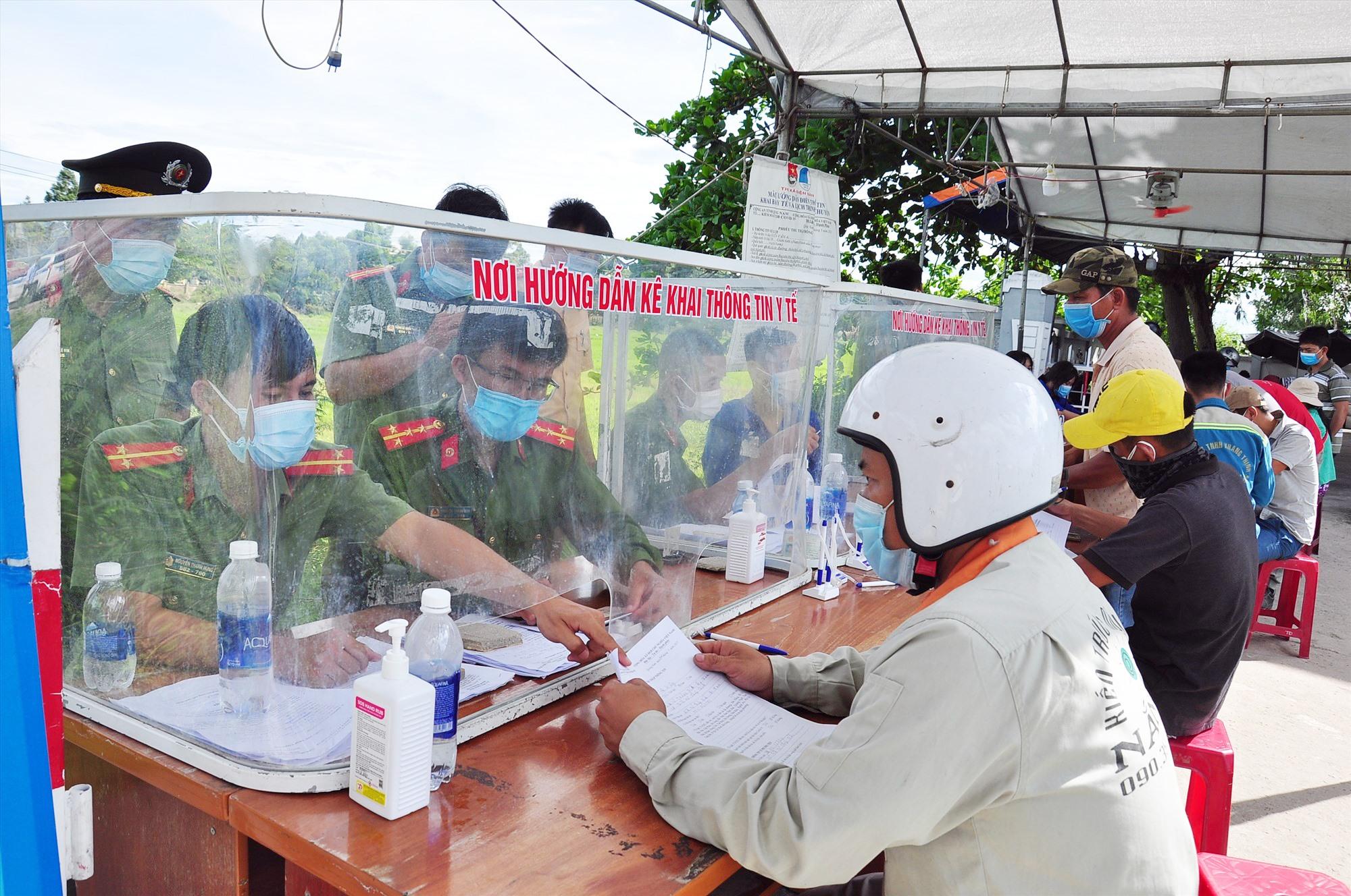 Người dân khai báo y tế tại chốt kiểm soát cấp tỉnh trên quốc lộ 1 tại thị xã Điện Bàn. Ảnh: V.A