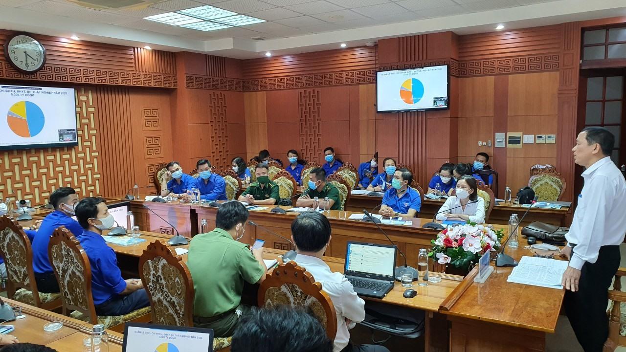 Ông Nguyễn Thanh Danh truyền thông về chính sách BHXH, BHYT đến đoàn viên thanh niên. Ảnh: D.L