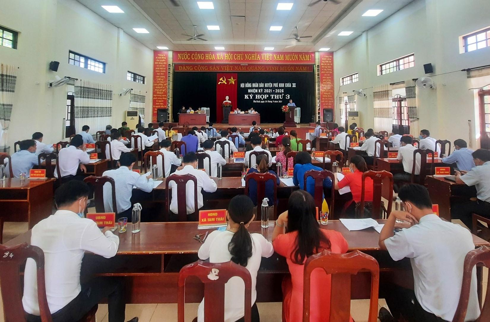 Tại kỳ họp thứ 3, HĐND huyện Phú Ninh khóa XII đã thông qua 6 nghị quyết. Ảnh: Đ.V