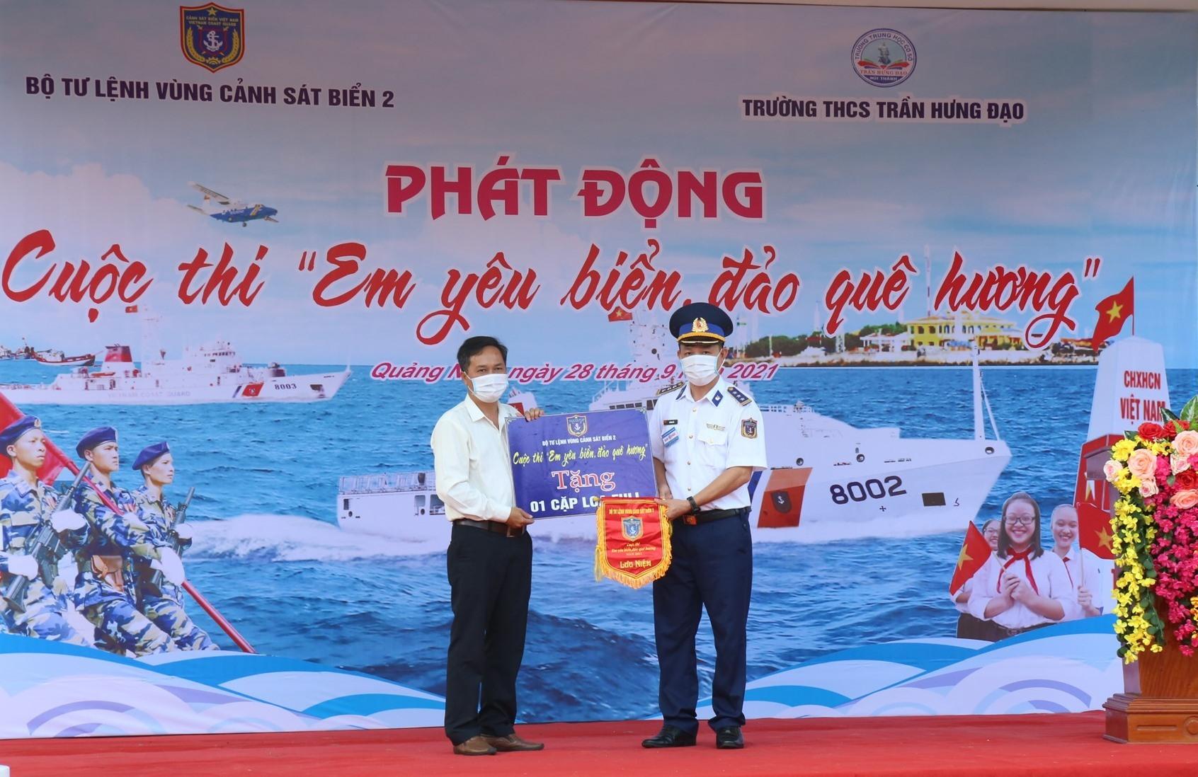 Thượng tá Bùi Đại Hải - Phó Chính ủy Bộ tư lệnh Vùng Cảnh sát biển 2 trao tặng quà và cờ lưu niệm cho Nhà trường