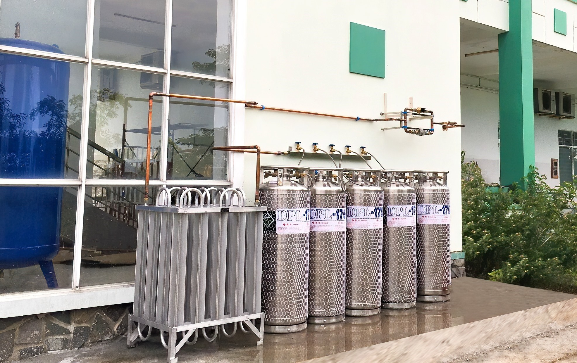 Central supply system of liquid oxygen and compressed air