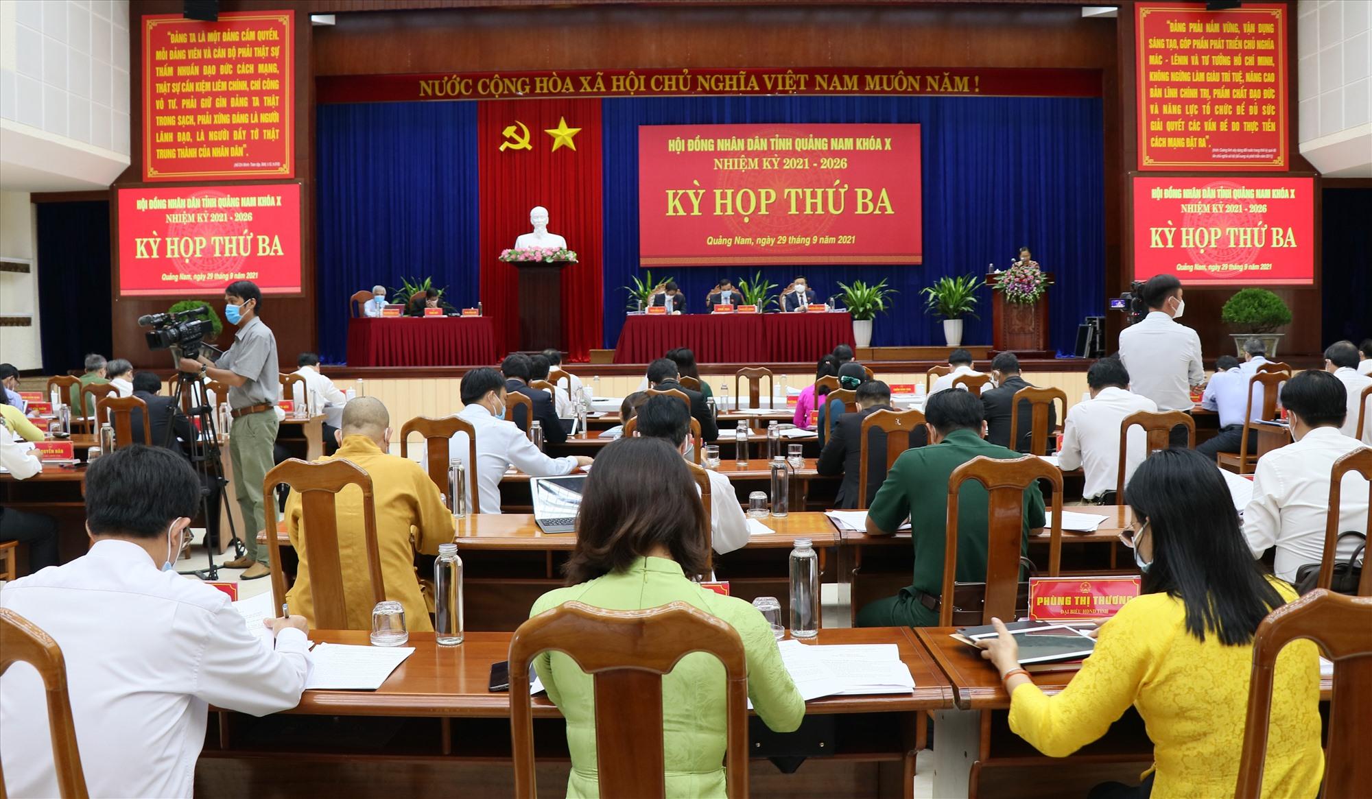 Sáng nay 29.9, đại biểu HĐND tỉnh nghe đại diện UBND tỉnh trình bày các tờ trình, đề án. Ảnh: N.Đ