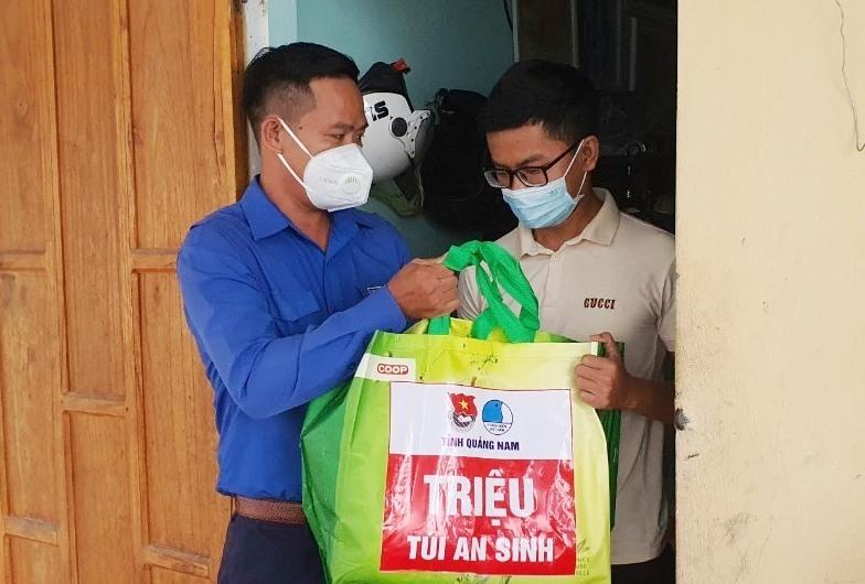 Anh Hoàng Văn Thanh - Phó Bí thư Tỉnh đoàn tặng túi an sinh cho công nhân. Ảnh: T.ĐẠT