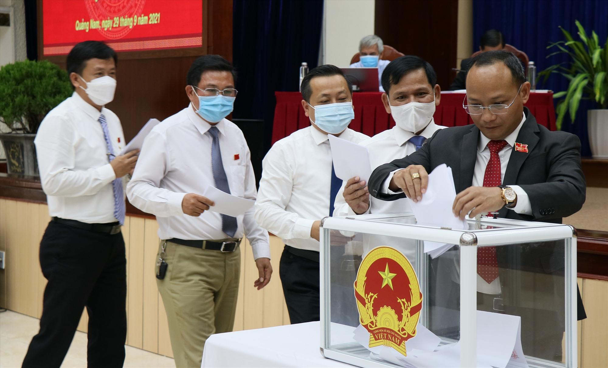 Đại biểu HĐND tỉnh bầu bổ sung chức danh Ủy viên UBND tỉnh nhiệm kỳ 2021 - 2026. Ảnh: N.Đ