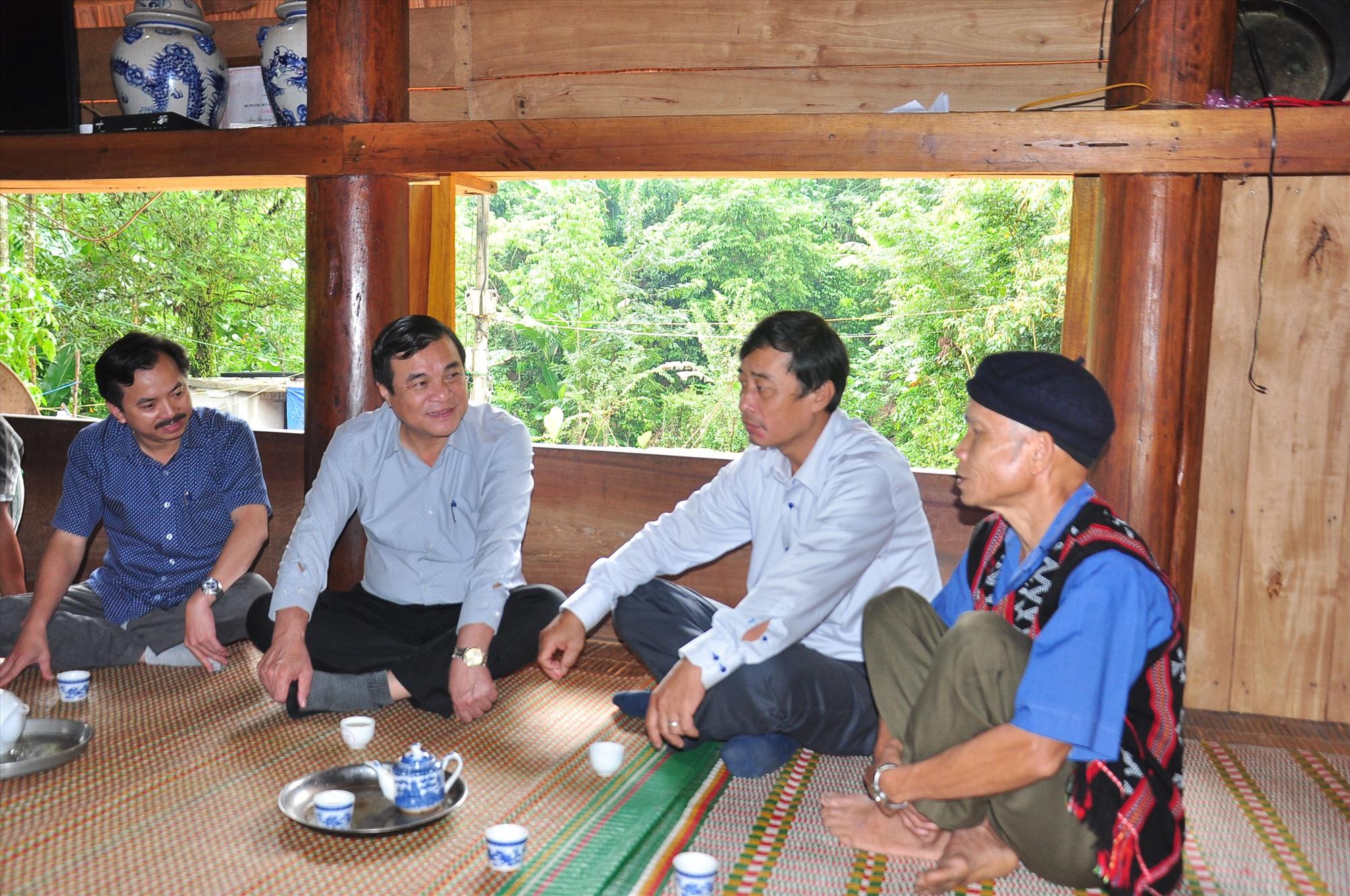 Bí thư Tỉnh ủy Phan Việt Cường thăm hỏi, ghi nhận sự đóng góp tích cực của các già làng trong phát triển kinh tế - xã hội miền núi. Ảnh: V.ANH