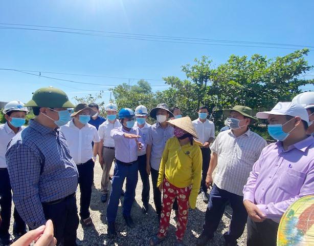 Bí thư Tỉnh ủy Phan Việt Cường khảo sát và trao đổi với một hộ dân bị thu hồi đất ở thị trấn Núi Thành. Ảnh: H.PHÚC