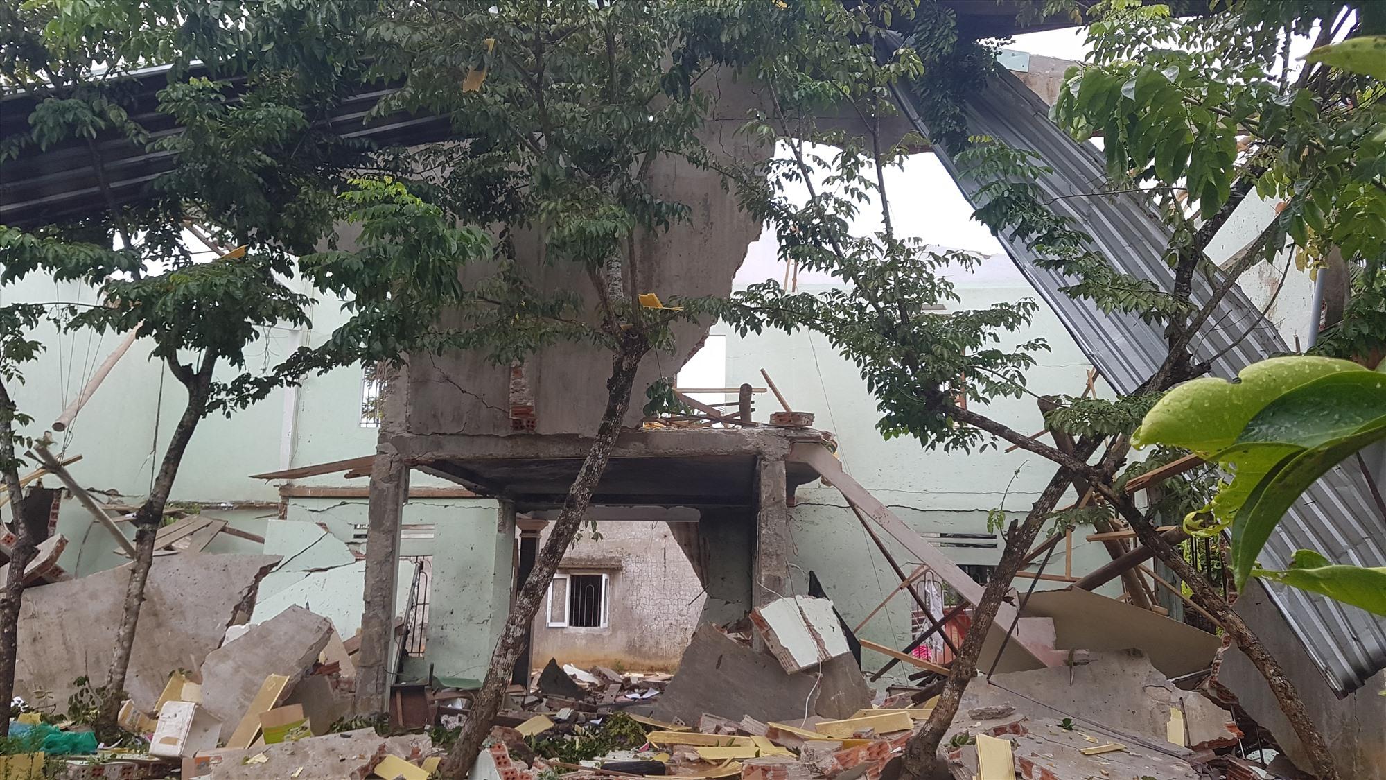 Toàn bộ căn nhà sập sau tiếng nổ lớn.