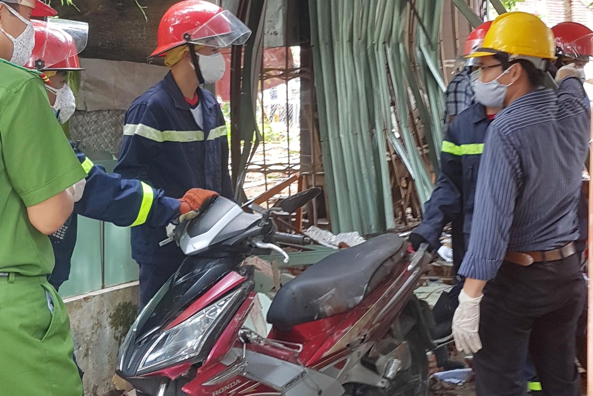 Chiếc xe máy của gia đình ông M. sau vụ nổ được đem ra ngoài.