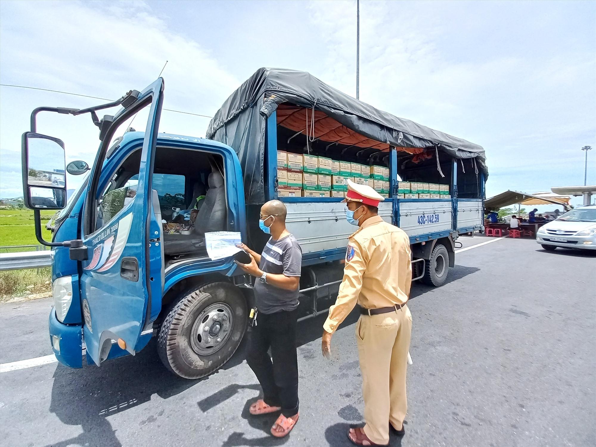 Cảnh sát giao thông Điện Bàn vừa tuần tra đảm bảo ATGT, vừa kiểm soát phương tiện phòng, chống dịch Covid-19. Ảnh: CT