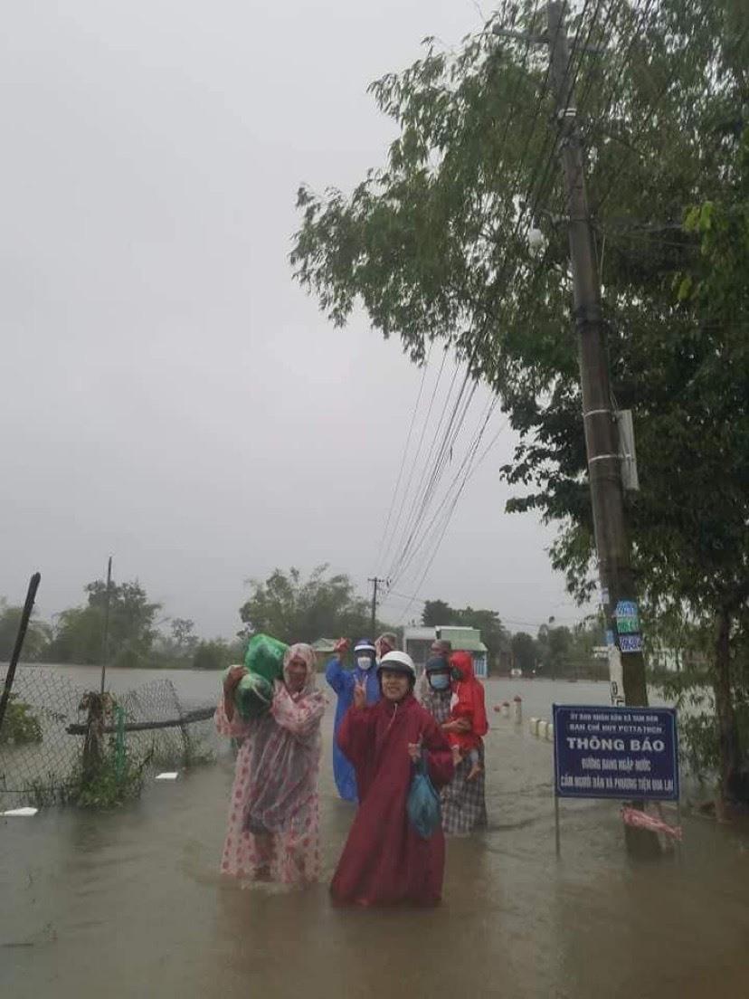 Người dân sống quanh dự án khu phố chợ Chiên Đàn phải di tản đi nơi khác do nhà của bị ngập sâu từ ảnh hưởng của cơn bão số 6 Ảnh (bạn đọc cung cấp)