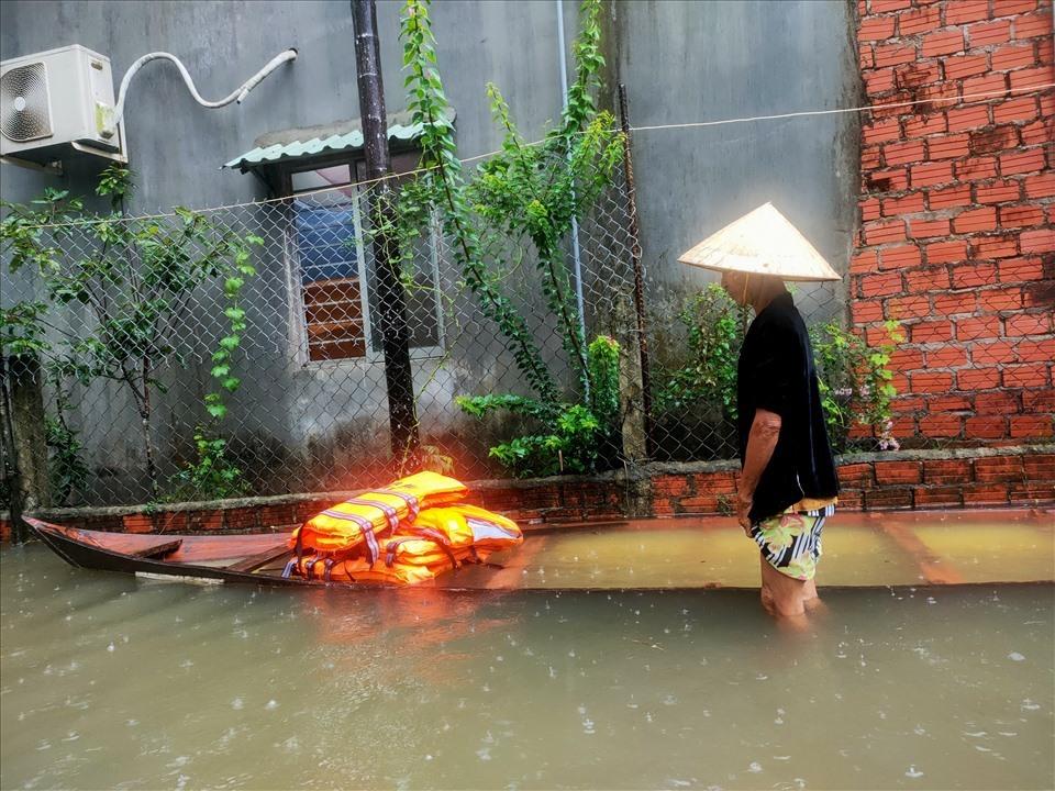 Một số hộ dân Mỹ Thạch Trung sử dụng ghe thuyền di chuyển khi nước ngập dâng cao. Ảnh: T.C