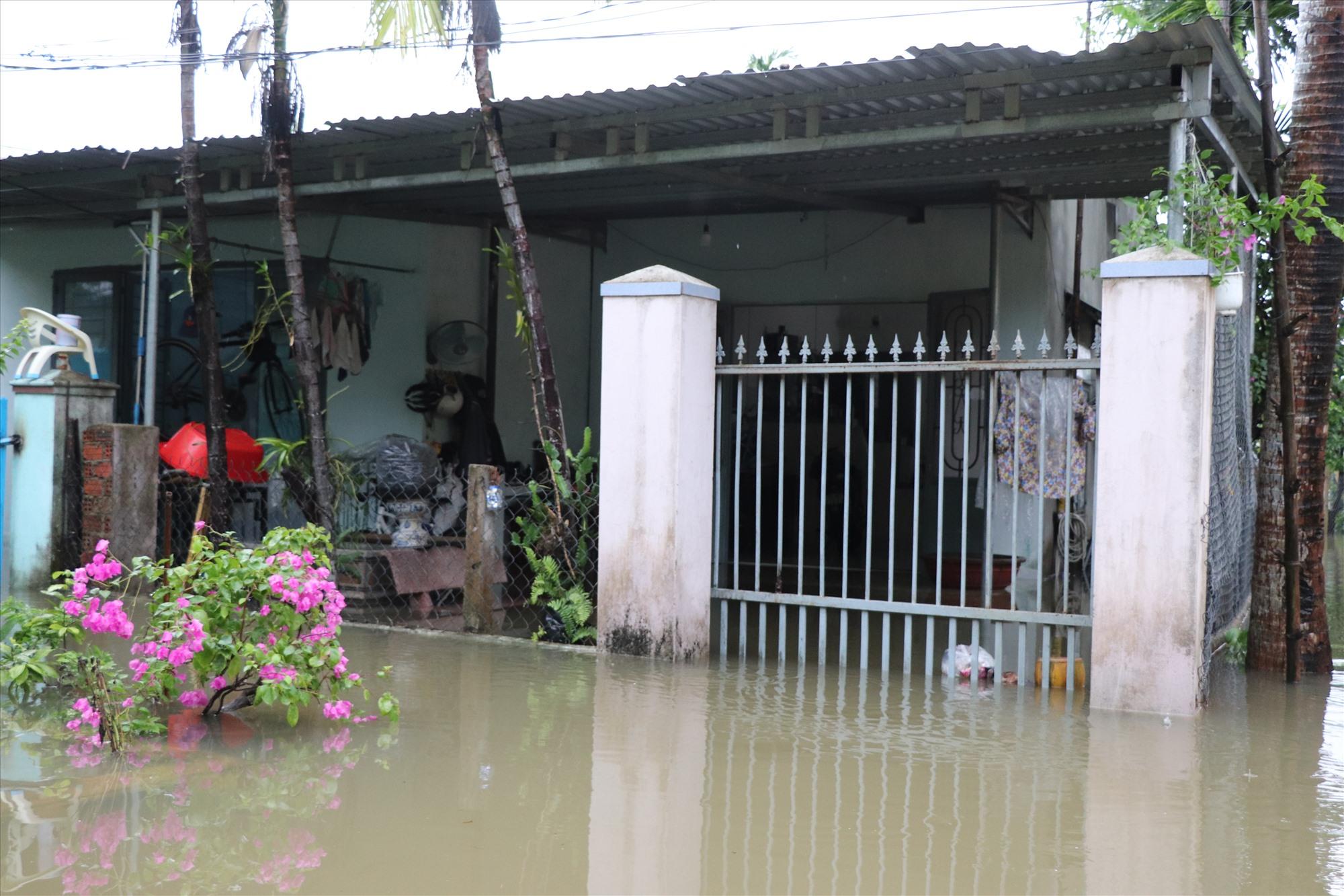 Hễ mưa lớn kéo dài thì nhiều ngôi nhà ở khu phố Mỹ Thạch Trung bị ngập sâu. Ảnh: T.H