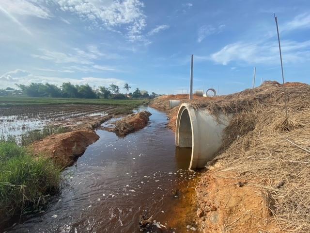 Các cống thoát nước của dự án khu phố chợ Chiên Đàn đều tiếp giáp với ruộng sản xuất người dân. Ảnh: H.P