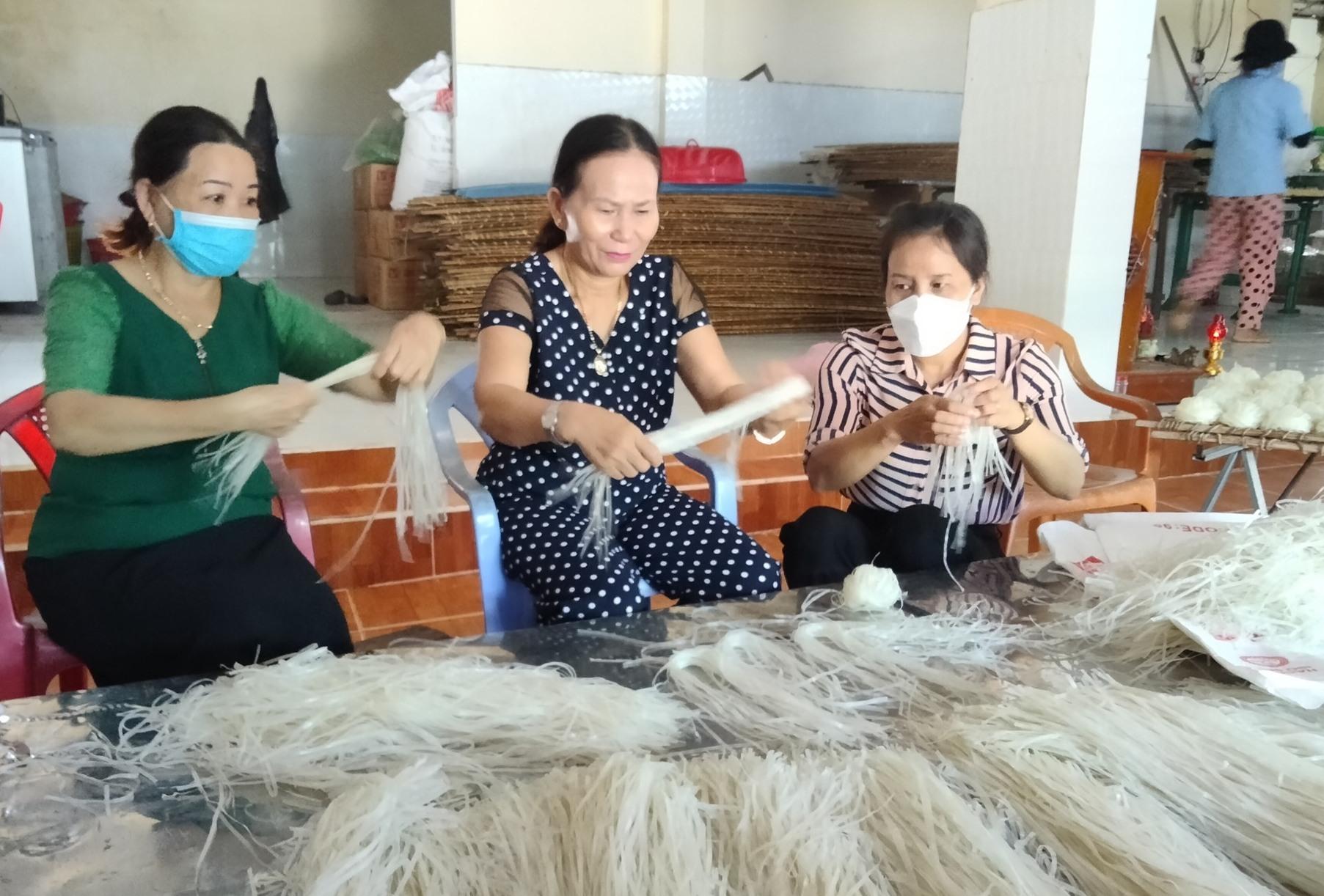Hội LHPN tỉnh thăm cơ sở làm bún phở khô Hương Huệ (xã Bình Trị).
