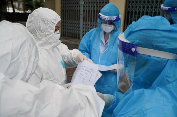 Một trong những yêu cầu mà người tham gia hỗ trợ công tác phòng, chống dịch cần có để bảo đảm thực hiện nhiệm vụ là đã được tiêm đủ liều vaccine COVID-19
