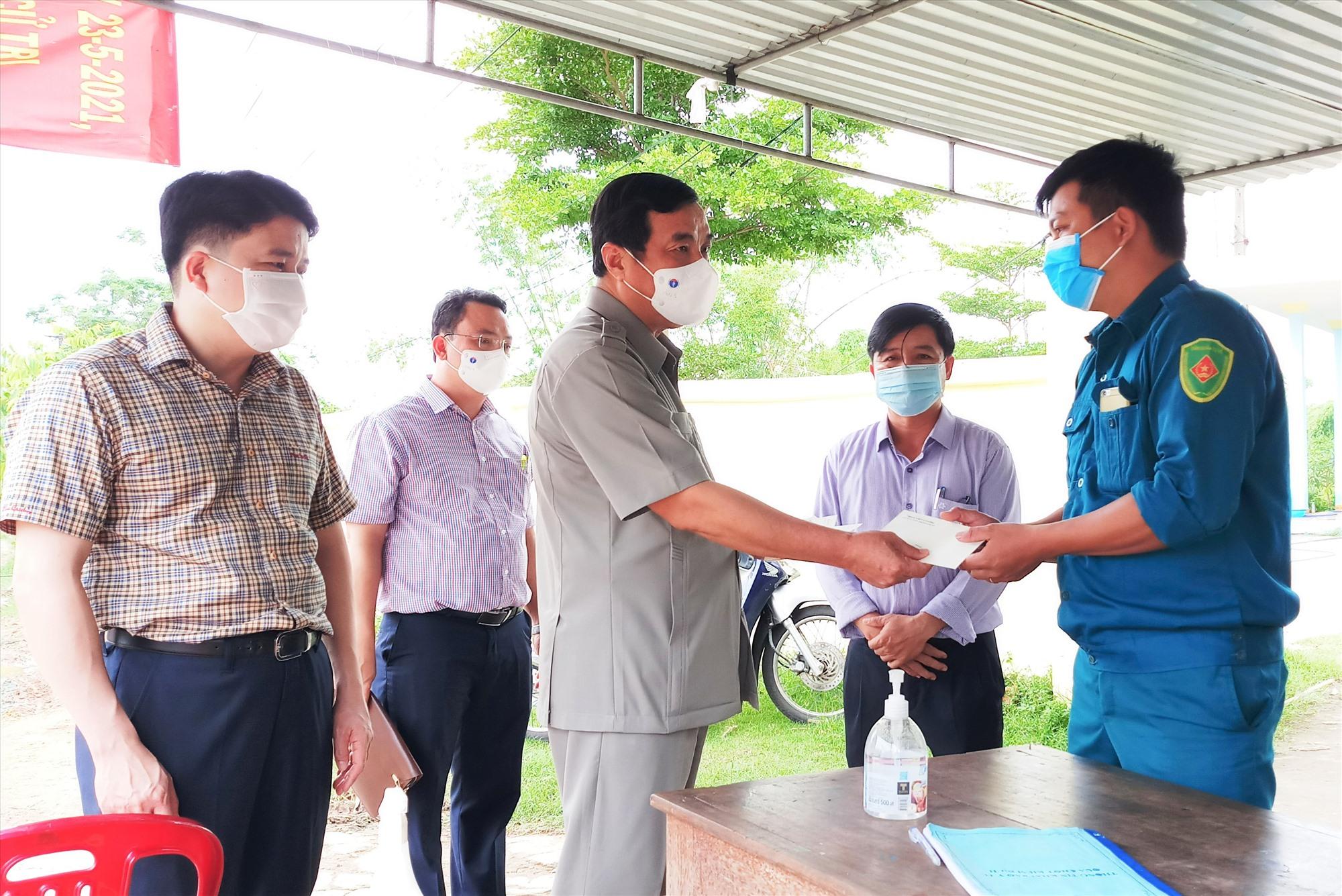 Bí thư Tỉnh ủy Phan Việt Cường trao quà động viên cán bộ, chiến sĩ làm nhiệm vụ tại các điểm chốt kiểm soát. Ảnh: A.N