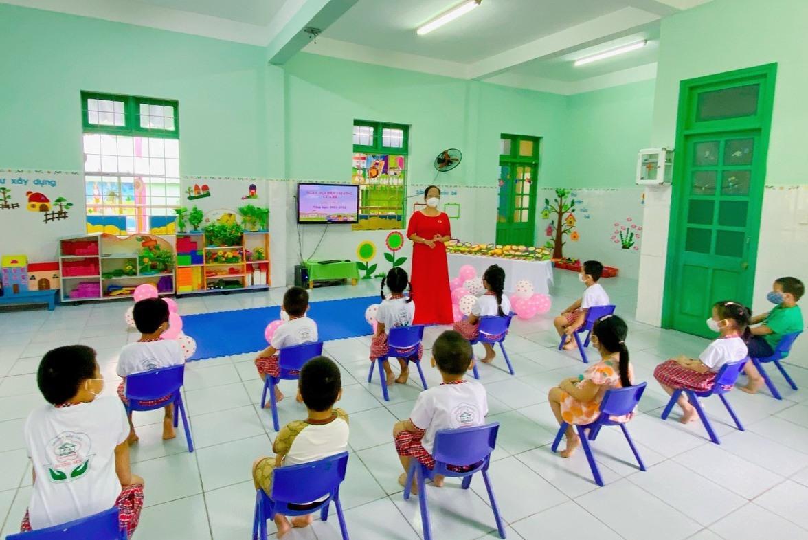 Hiệu trưởng trường mầm non chúc mừng, động viên cô và trò trong ngày khai giảng. Ảnh C.N