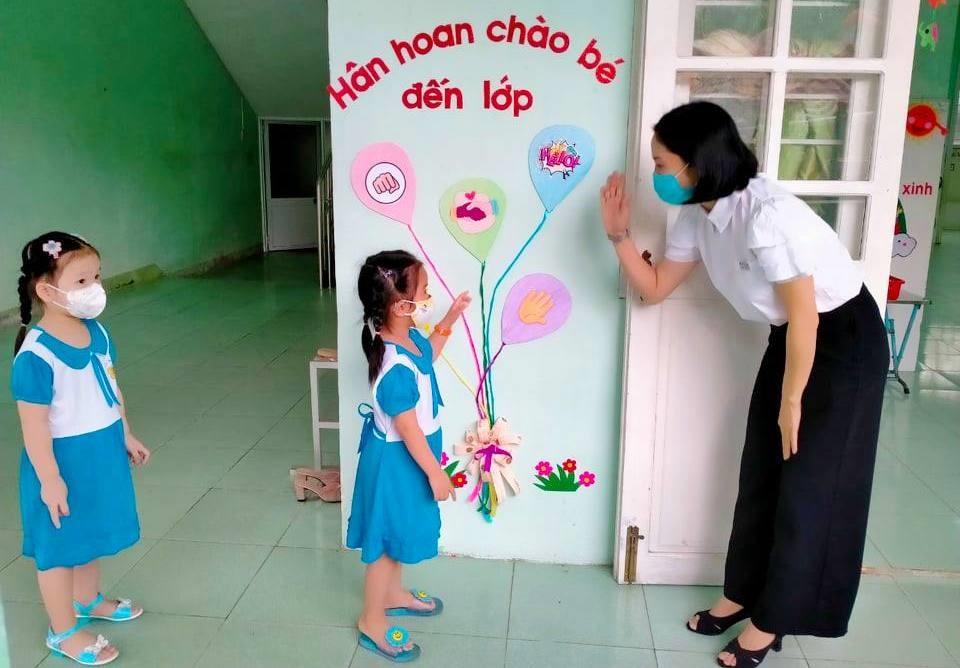 Trẻ mầm non làm quen với môi trường mới trong ngày khai giảng. Ảnh T.G