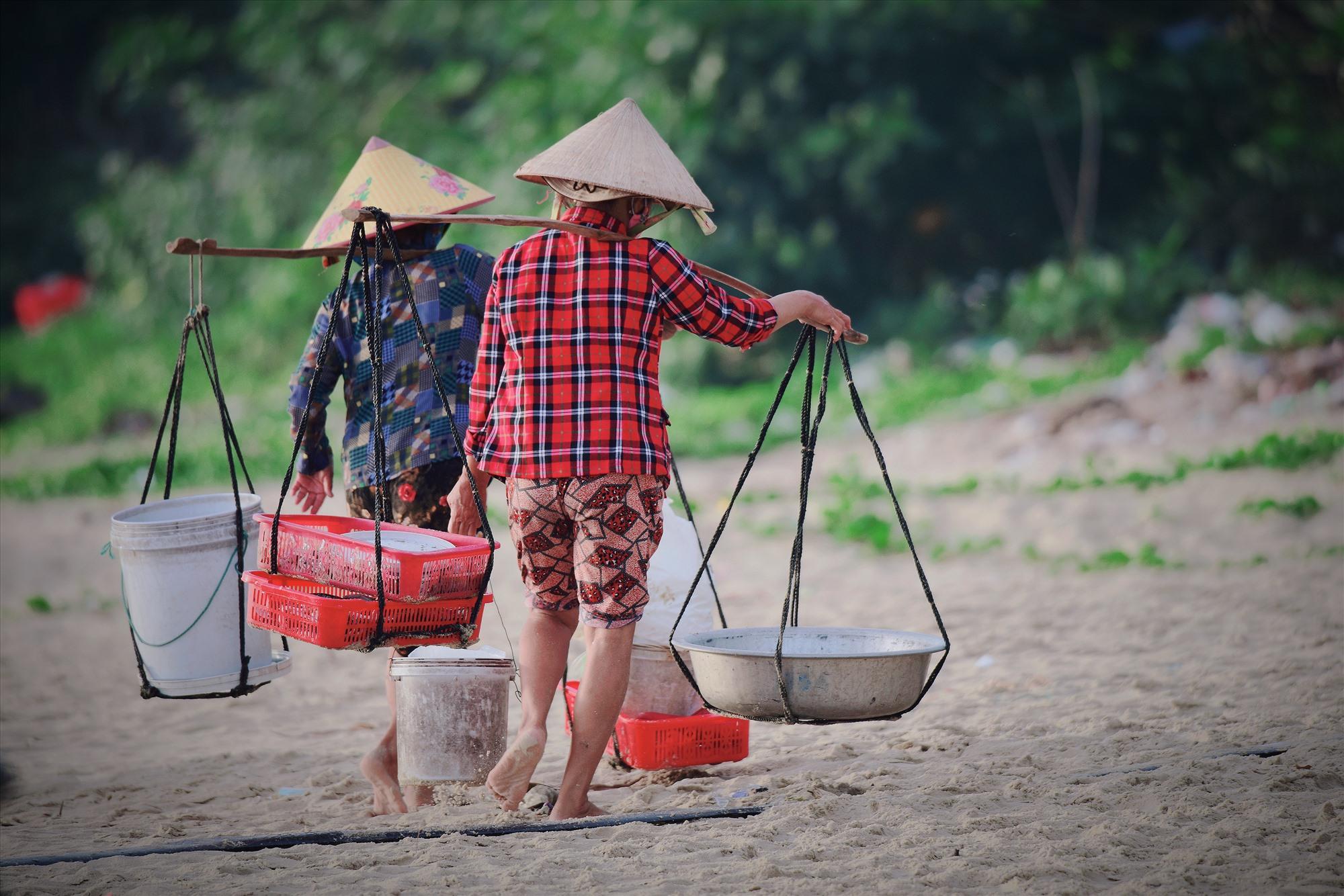 Những đôi chân thoăn thoắt của các mẹ, các chị lại tỏa đi khắp làng quê để phục vụ người tiêu dùng...