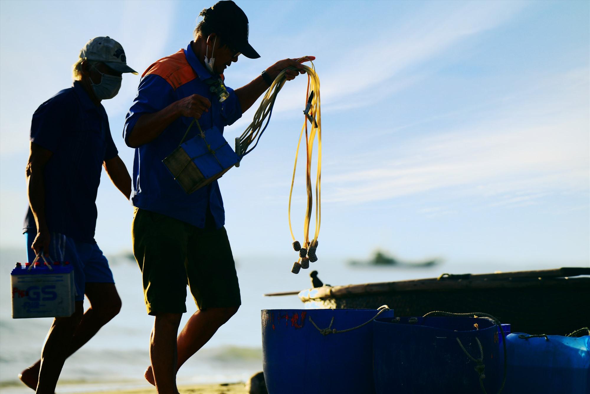 Những đàn ông của biển rất khỏe mạnh, vạm vỡ là nhân tố rất quan trọng trong những chuyến ra khơi và trở về với tôm cá đầy khoang...