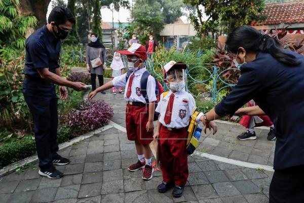 Học sinh tiểu học tại Indonesia rửa tay sát khuẩn trước khi vào lớp. Ảnh: EFE