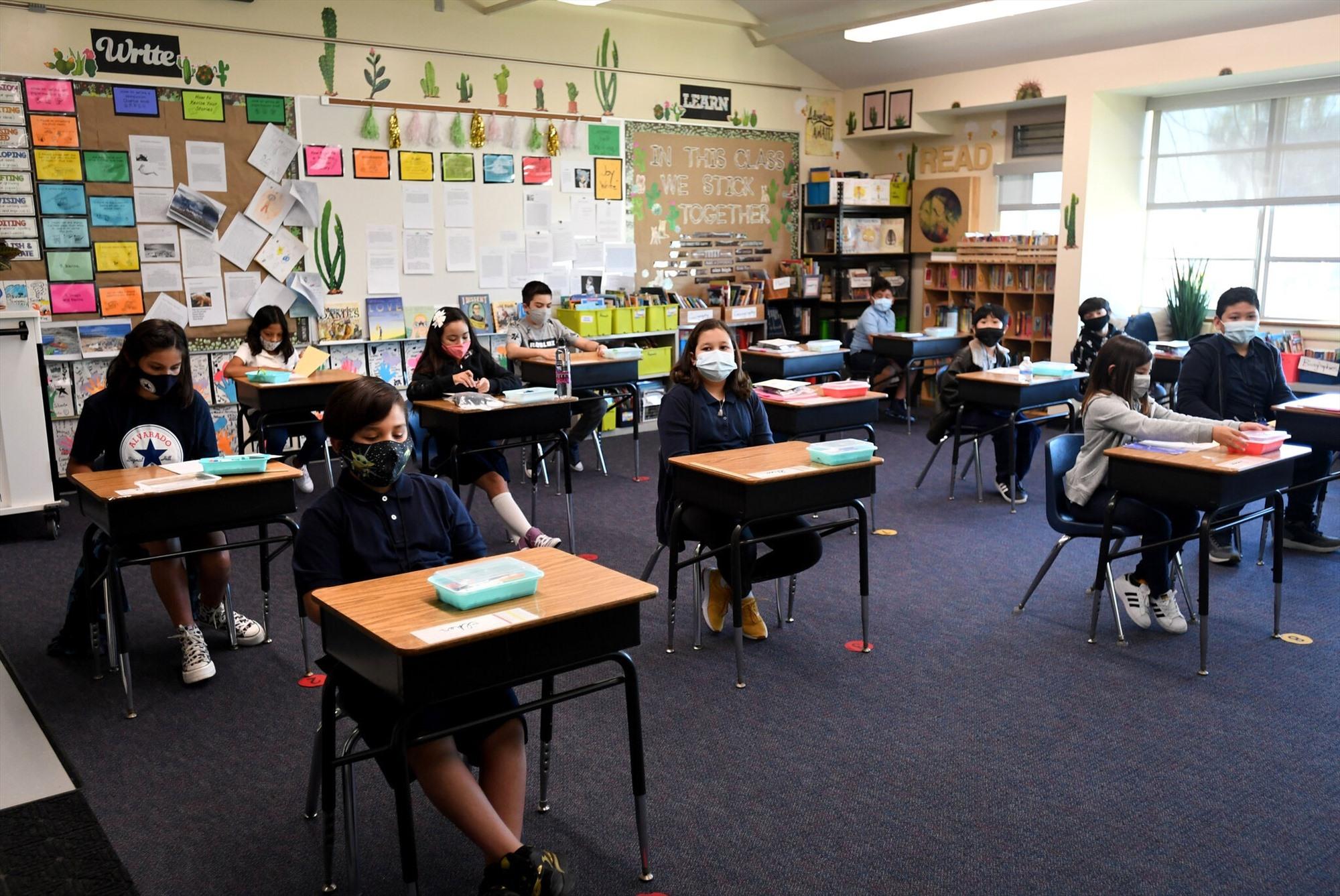 Một lớp học đảm bảo giãn cách, ngăn chặn lây nhiễm Covid-19. Ảnh: Gettyimages