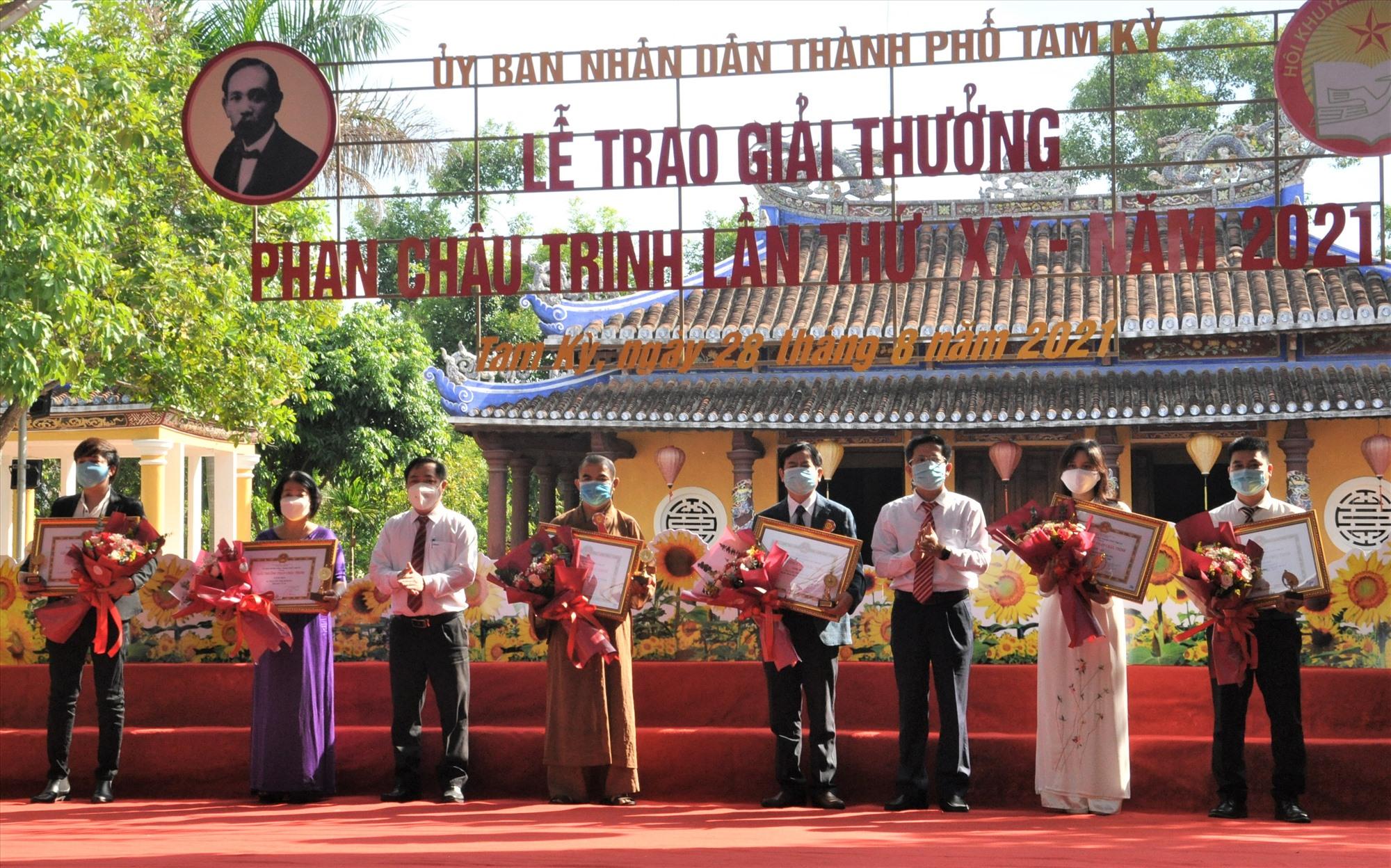 Lãnh đạo Tam Kỳ trao tặng Giải thưởng Phan Châu Trinh lần thứ 20 cho các cá nhân. Ảnh: X.P
