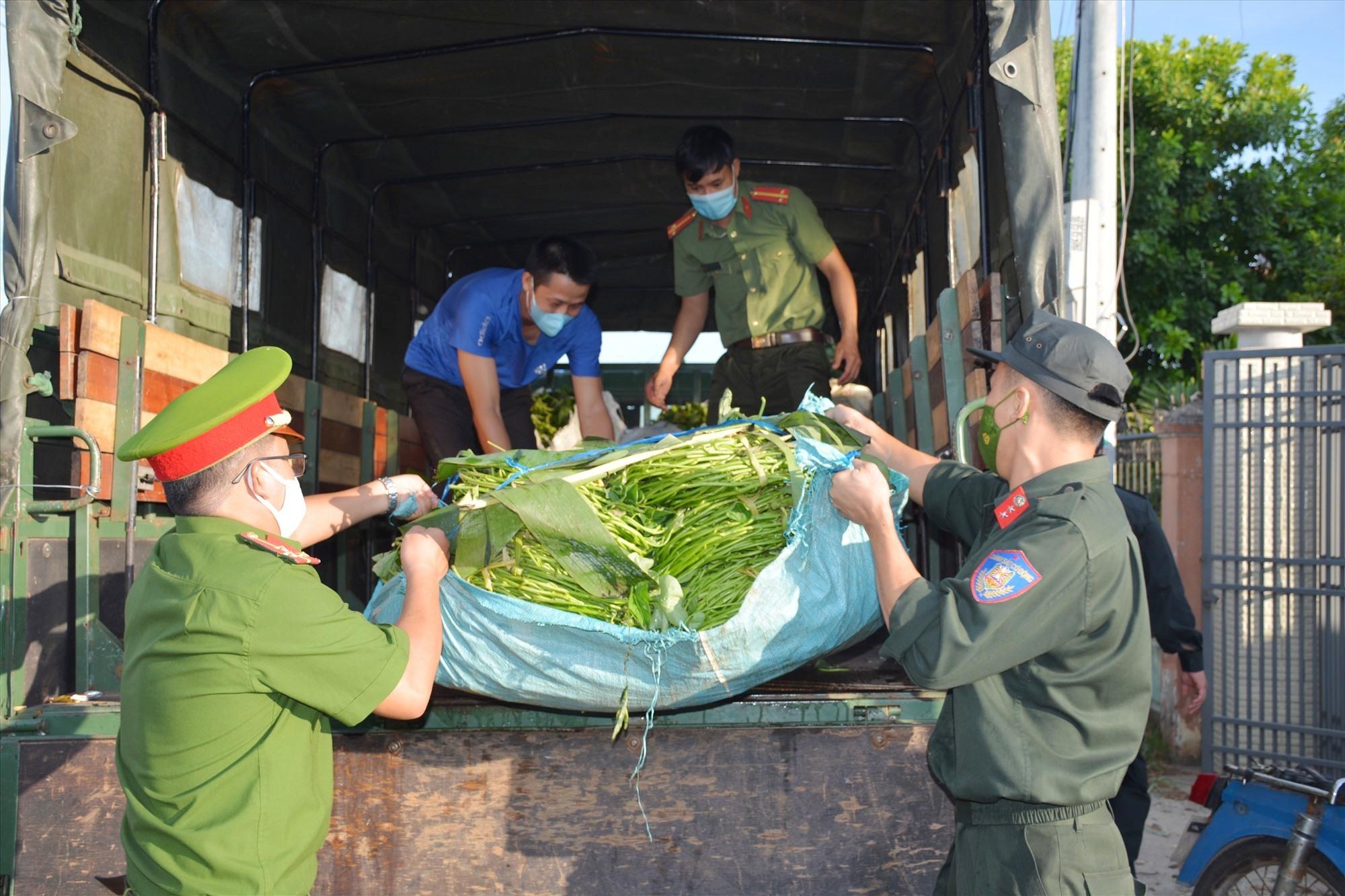 Nhiều tấn rau củ quả được Công an Quảng Nam tặng cho Công an TP.Đà Nẵng để chia sẻ cho bà con vùng dịch. Ảnh: M.T