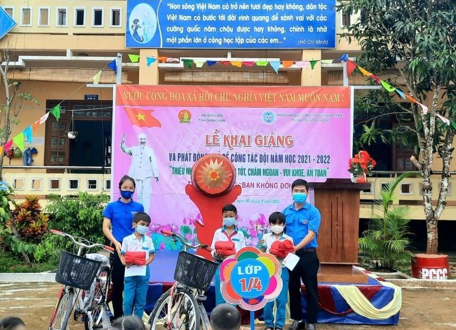 """Trao quà từ chương trình """"Bạn không đơn độc"""" cho các em học sinh tại Nam Trà My - Ảnh: THANH VY - THÁI CƯỜNG"""