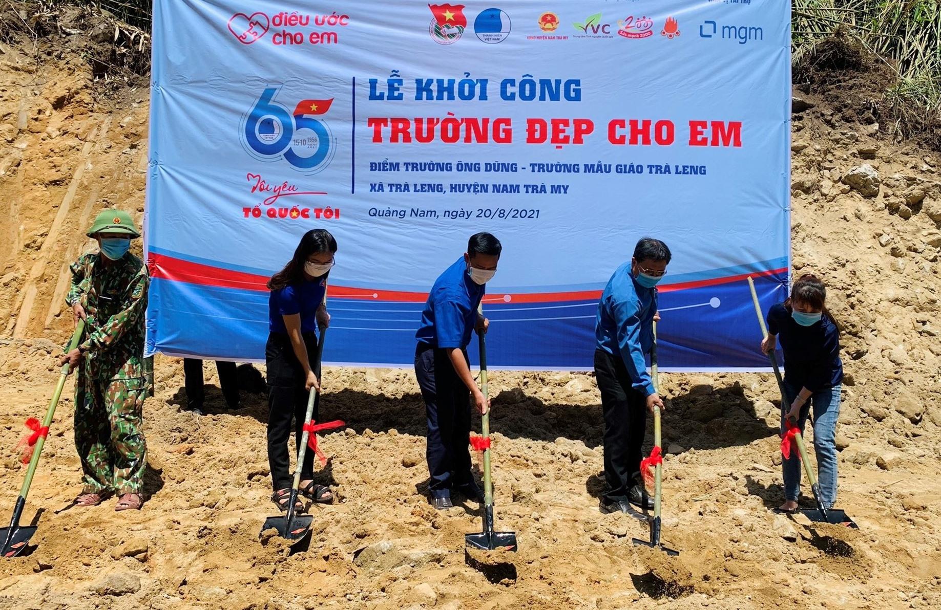 Lễ khởi công xây dựng điểm trường mẫu giáo nhân kỷ niệm 65 năm Ngày truyền thống Hội LHTN tại Nóc Ông Dũng (xã Trà Leng, huyện Nam Trà My).Ảnh: THÁI CƯỜNG