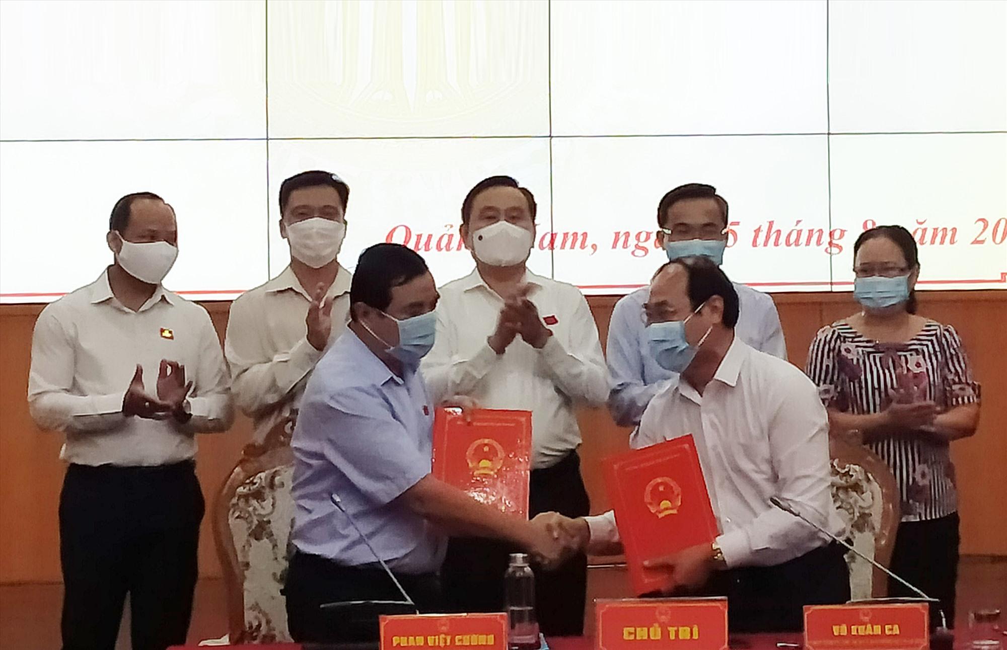 Thường trực HĐND tỉnh và Ban Thường trực Ủy ban MTTQ Việt Nam tỉnh ký kết quy chế phối hợp giai đoạn 2021 - 2026. Ảnh: N.Đ