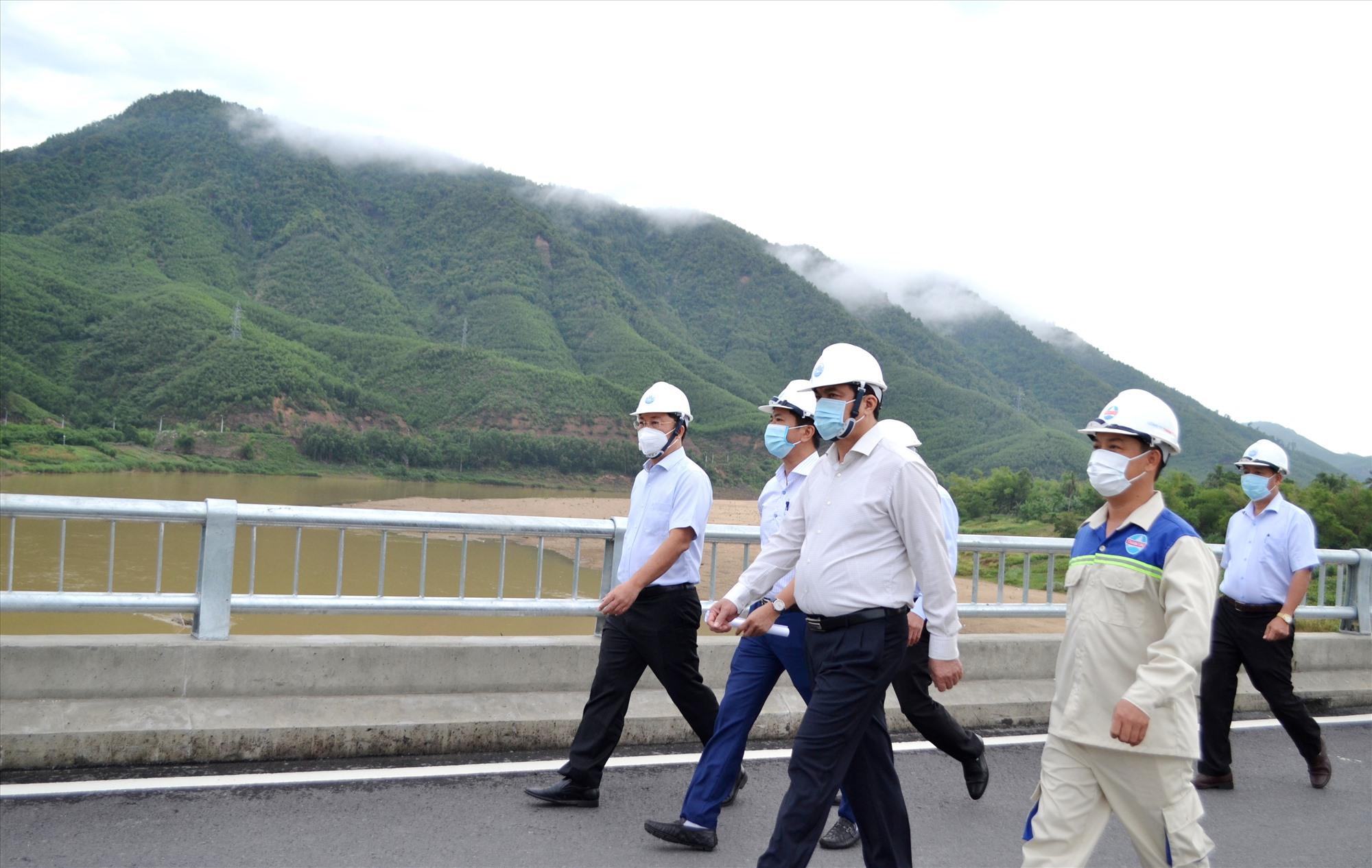 Lãnh đạo tỉnh đi kiểm tra, cho đưa vào sử dụng cầu Nông Sơn vào ngày 2.9 vừa qua. Ảnh: S.C