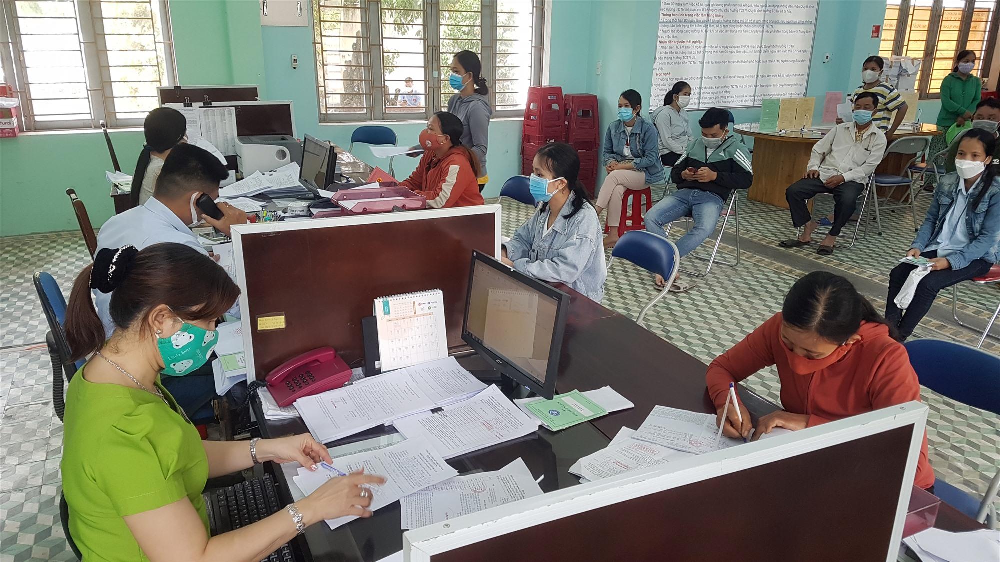Lao động đến đề nghị giải quyết bảo hiểm thất nghiệp tại Trung tâm Dịch vụ việc làm tỉnh. Ảnh: D.L