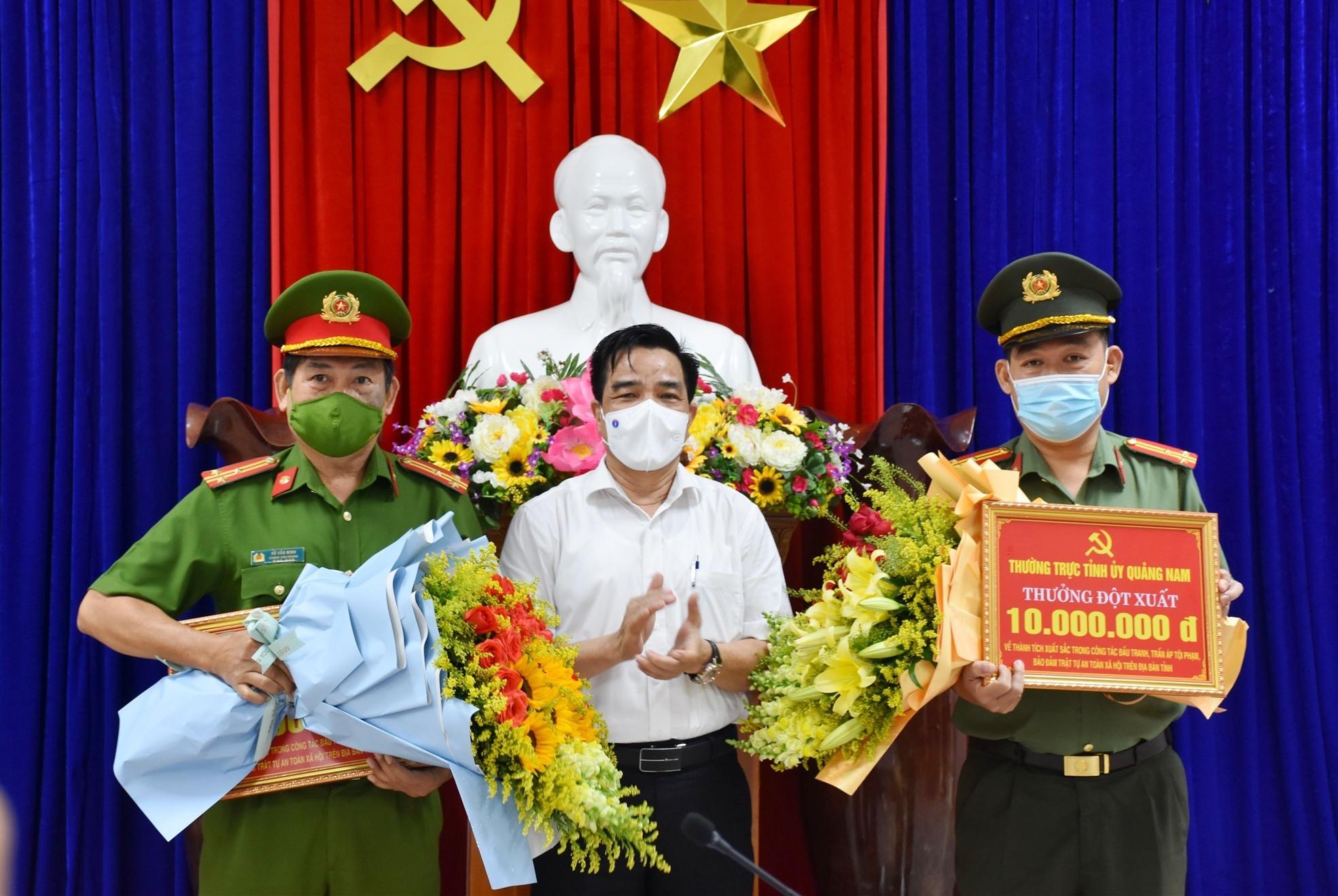 Đồng chí Lê Văn Dũng, Phó Bí thư thường trực Tỉnh ủy Quảng Nam tặng hoa chúc mừng, thưởng nóng 2 đơn vị Phòng An ninh mạng và PCTP sử dụng công nghệ cao, Văn phòng Cơ quan Cảnh sát điều tra.