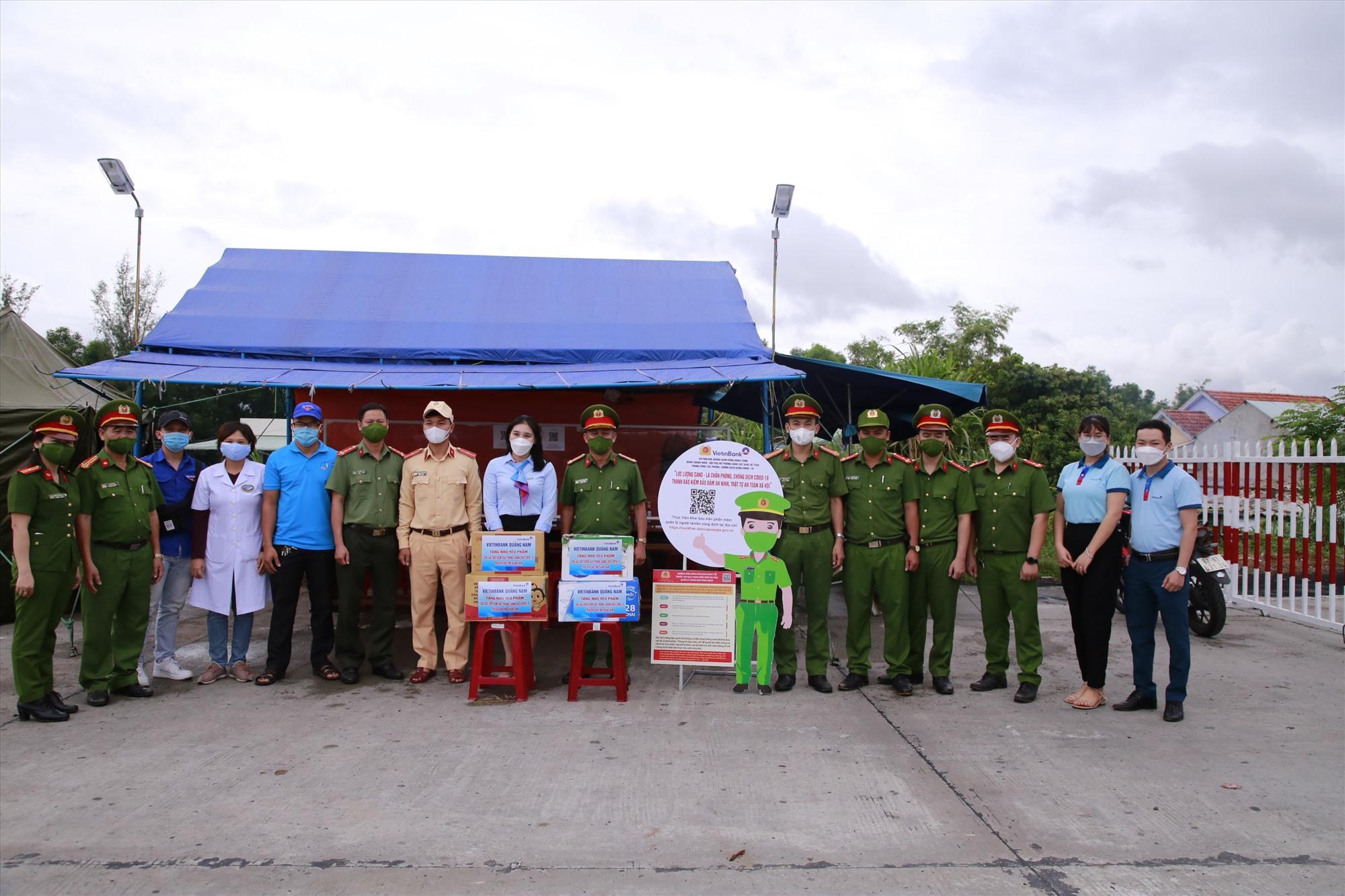 Trao tặng quà, lắp đặt pano tuyên truyền tại chốt kiểm soát phòng chống dịch tại trạm thu phí đường cao tốc Hà Lam (Thăng Bình). Ảnh: T.C