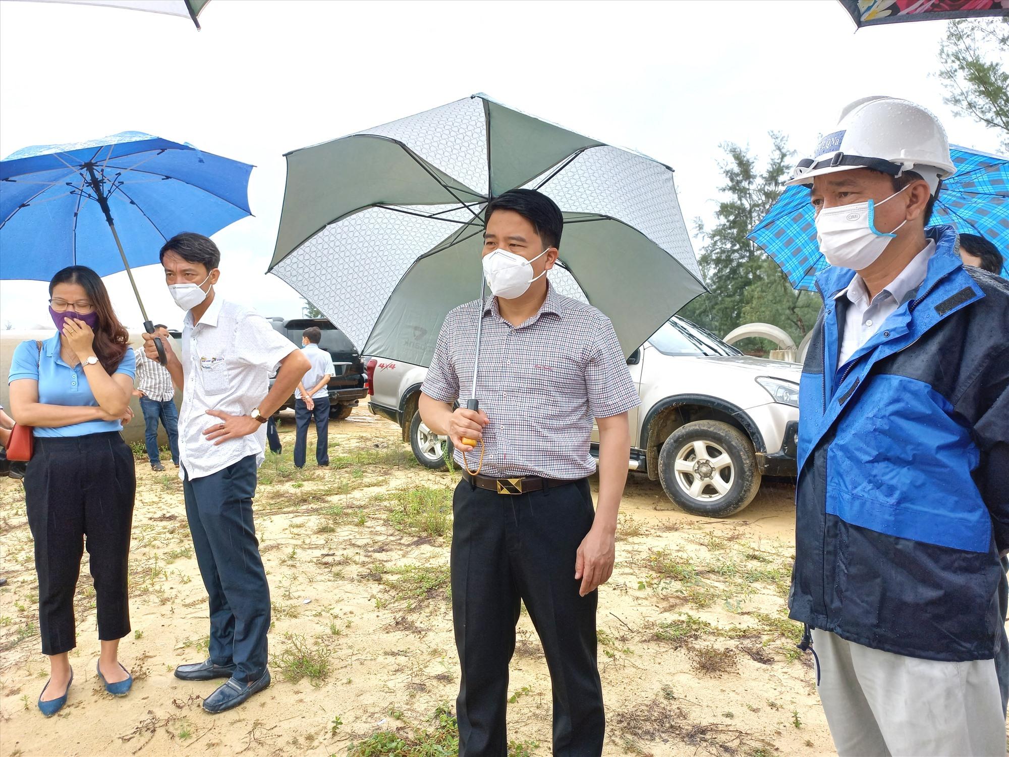 Phó Chủ tịch UBND tỉnh Trần Văn Tân kiểm tra vướng mắc GPMB tuyến thoát nước số 6. Ảnh: CT