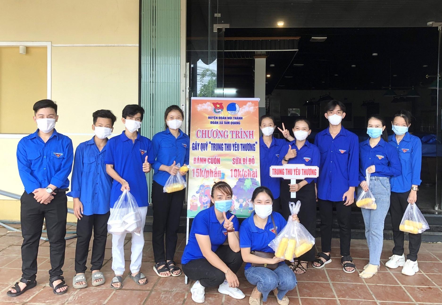 """Đoàn xã Tam Quang (huyện Núi Thành) tiếp tục chương trình bán hàng gây quỹ """"Trung thu yêu thương"""".Ảnh: THÁI CƯỜNG"""