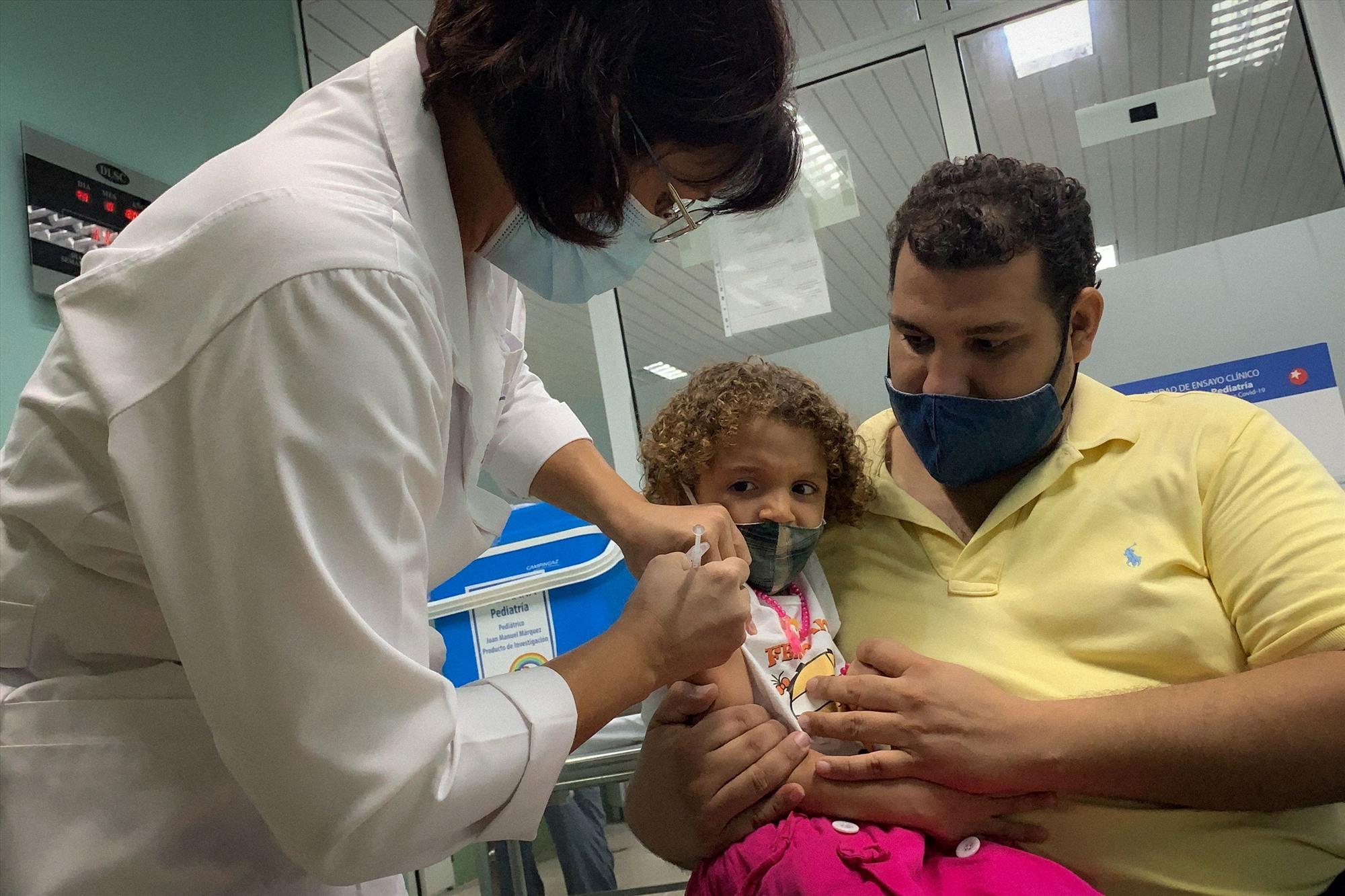 Cuba vừa bắt đầu tiêm vắc xin ngừa Covid-19 cho độ tuổi từ 2-18 cho nước này sản xuất. Ảnh: AFP