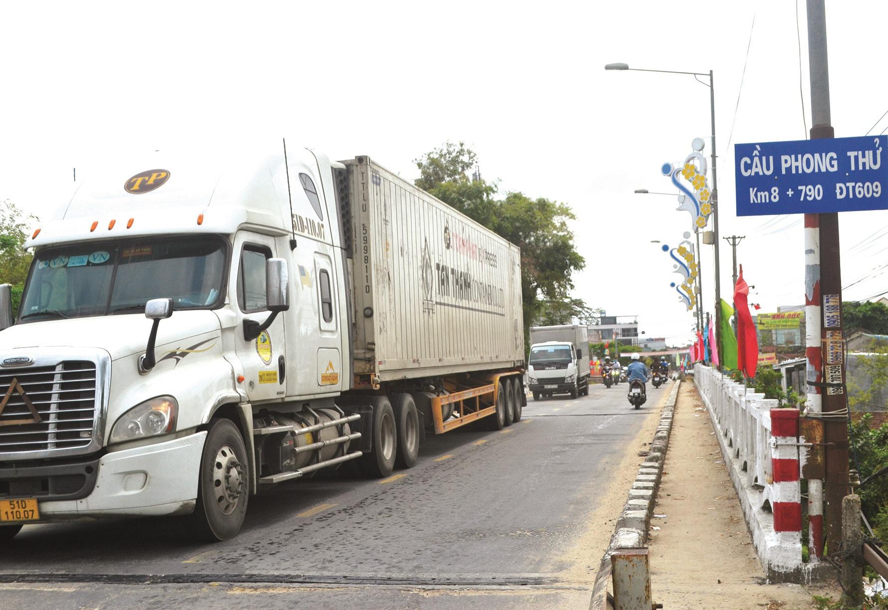 Xe tải trọng lớn chạy trên cầu Phong Thử chỉ rộng hơn 6m để lên cao tốc. Ảnh: C.T