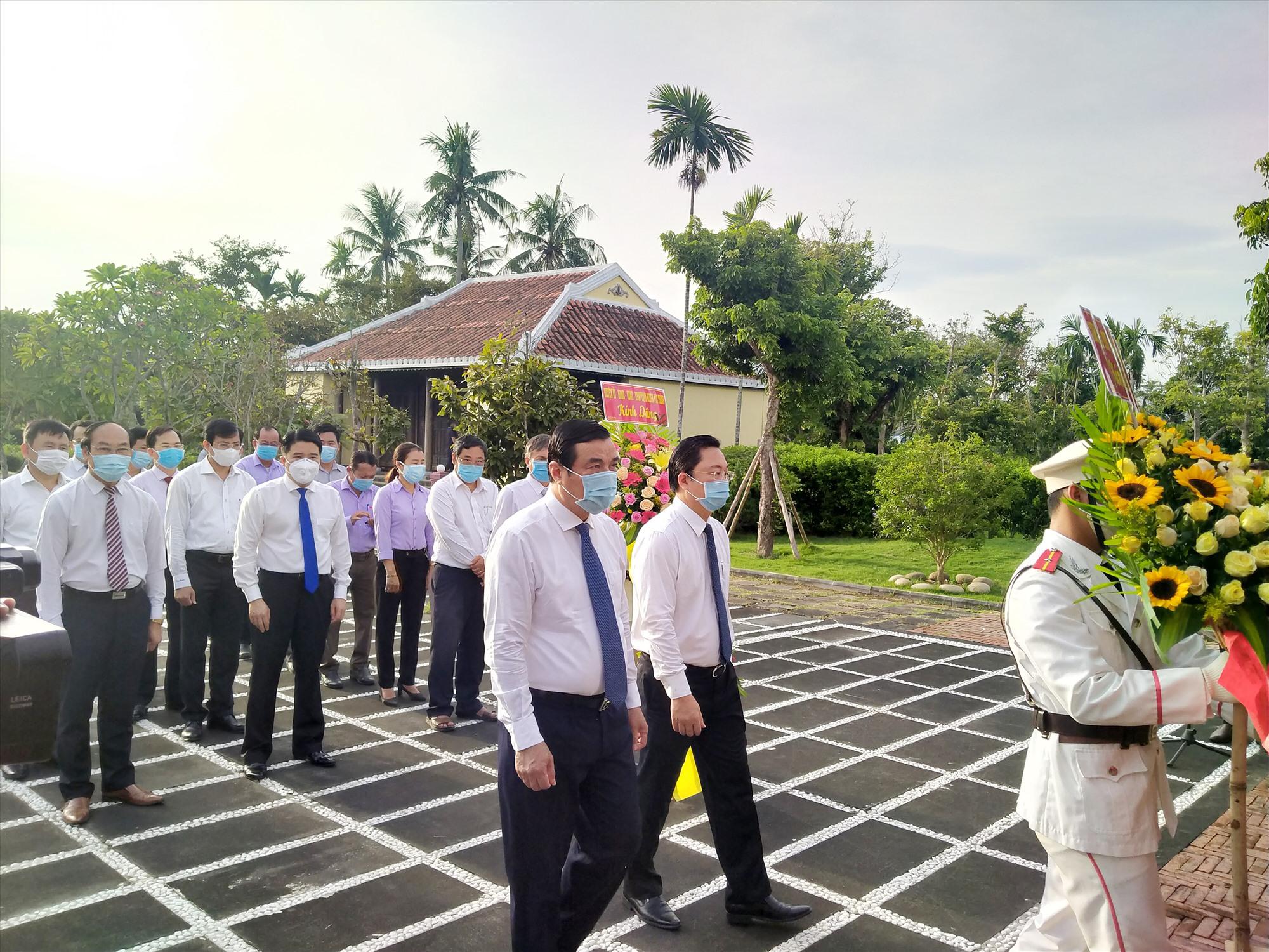 Lãnh đạo tỉnh viếng hương, thăm Nhà lưu niệm đồng chí Võ Chí Công (huyện Núi Thành). Ảnh: NGUYÊN ĐOAN