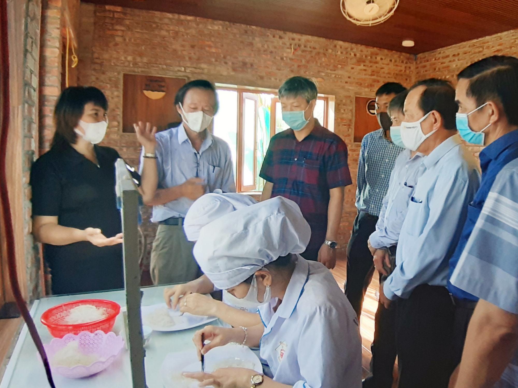 Phó Chủ tịch UBND tỉnh Hồ Quang Bửu cùng đoàn công tác của tỉnh khảo sát tình hình sản xuất và tiêu thụ sản phẩm tại Công ty Yến sào Đất Quảng. Ảnh: T.L