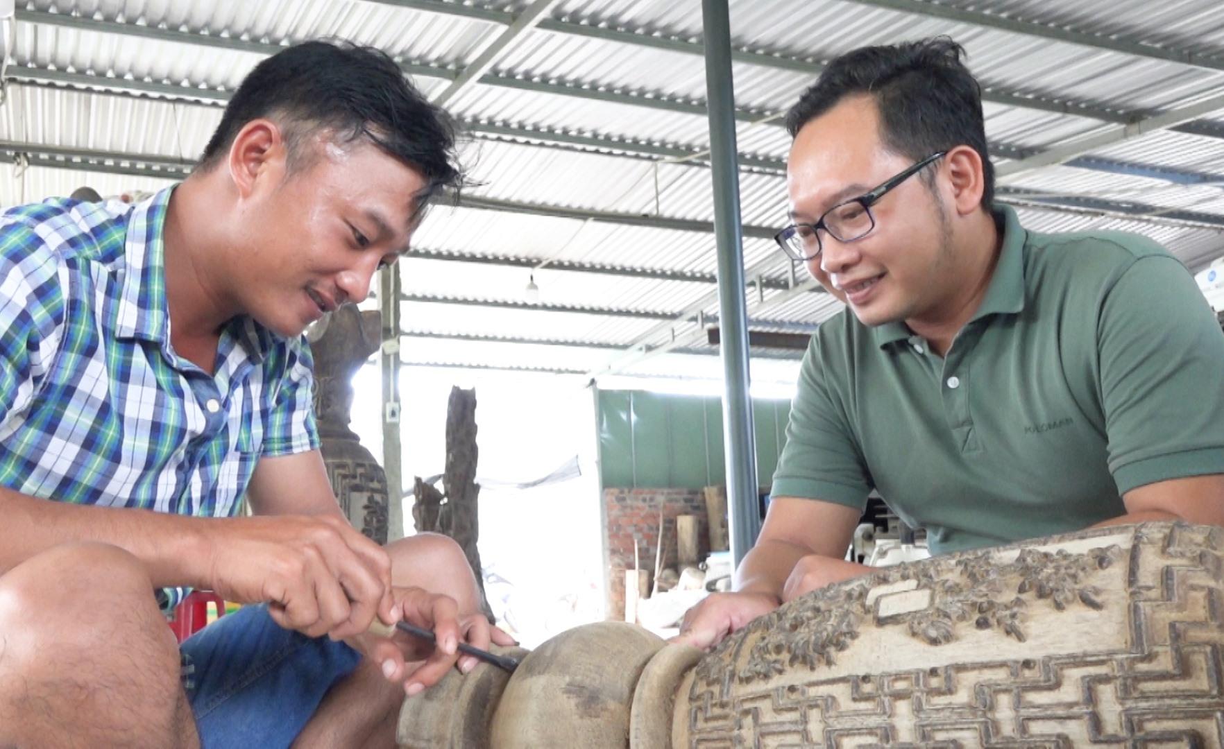 Ông Nguyễn Văn Trường (bên phải) cùng thợ đang chế tác sản phẩm trầm hương (ảnh chụp thời điểm dịch Covid-19 chưa bùng phát). Ảnh: H.Q