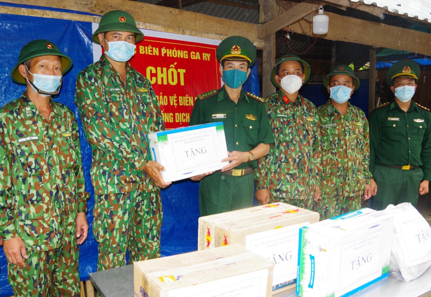 Đại tá Hoàng Văn Mẫn – Chính ủy Bộ đội Biên phòng tỉnh tặng quà cho lực lượng điểm cắm chốt bảo vệ biên giới và phòng chống dịch Covid-19 của Đồn Biên phòng Ga Ry.