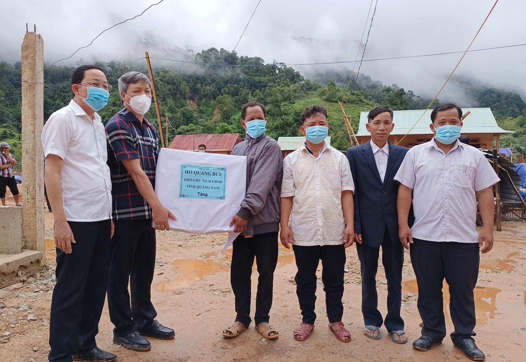 Phó Chủ tịch UBND tỉnh Hồ Quang Bửu tặng quà cho thôn Ganil (A Xan). Ảnh: Đ.H