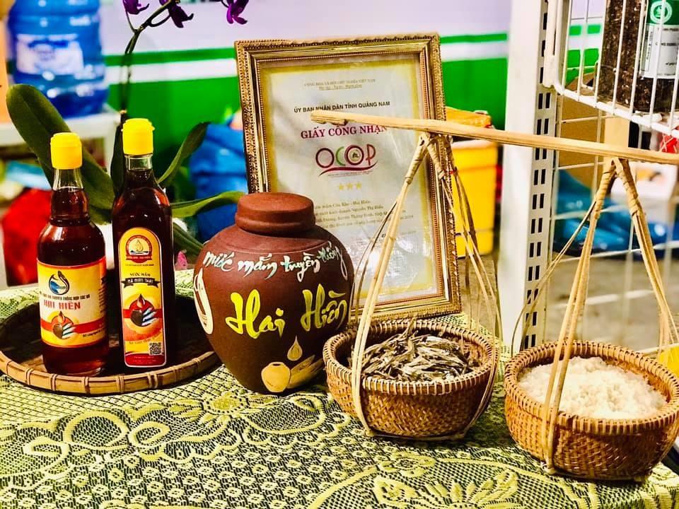 Sản phẩm nước mắm truyền thống của Hợp tác xã Hai Hiền trưng bày tại hội chợ trong tỉnh. Ảnh: N.T.H.