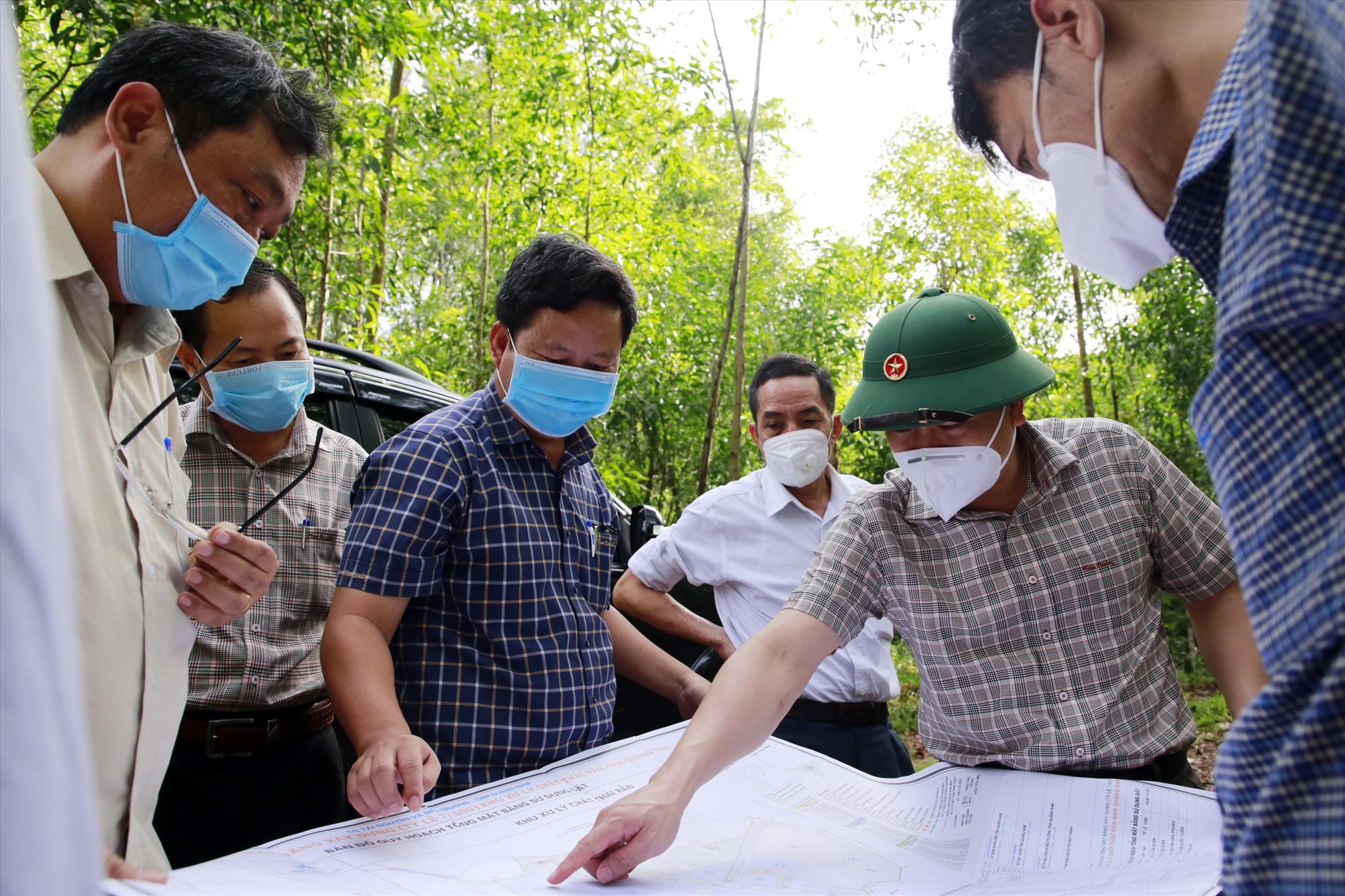 Đồng chí Trần Văn Tân kiểm tra thực địa tại điểm quy hoạch khu xử lý chất thải rắn Nam Quảng Nam.